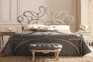 кровать и пуфик